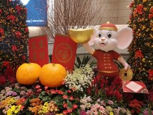 Willkommensschild im Flughafen Singapur. Auf der Tafel Links: Gōngxǐ fācái 恭喜发财 – Glück und Wohlstand. Rechts: Fú 福 – Glück.