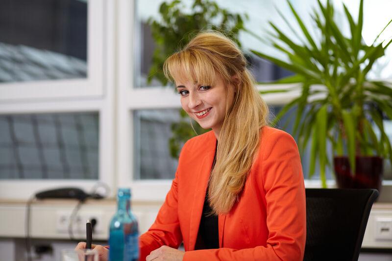 """Raija Maria Schulte macht ihr erstes Praktikum bei GEDIA im Bereich """"Business Development"""". (Foto: Südwestfalen Agentur)"""